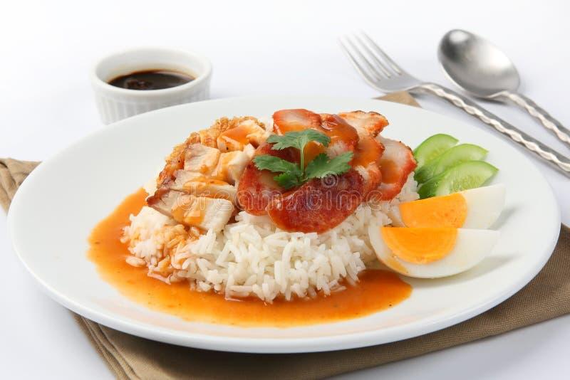 Το τριζάτο ψημένο χοιρινό κρέας κοιλιών το ύφος και το ρύζι στοκ εικόνες