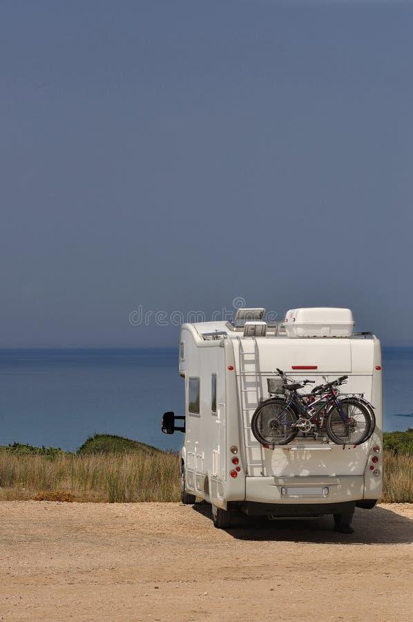 Το τροχόσπιτο στάθμευσε στην παραλία στοκ φωτογραφία με δικαίωμα ελεύθερης χρήσης
