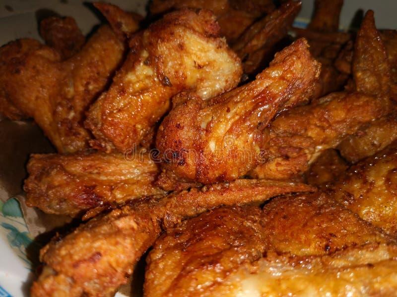 Το τσιγαρισμένο φτερό κοτόπουλου με το μίγμα μαρινάρει το συστατικό στοκ εικόνες