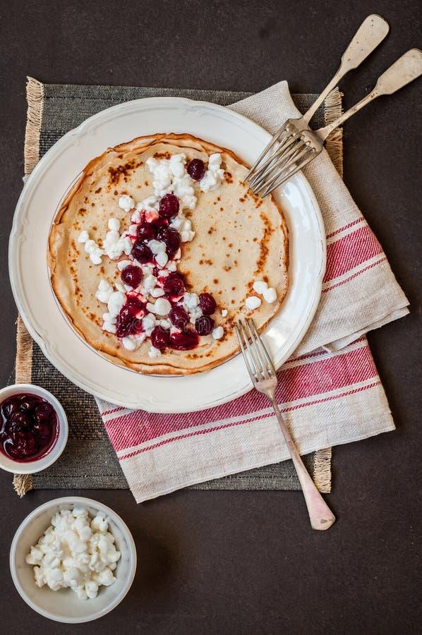 Το τυρί εξοχικών σπιτιών και η μαρμελάδα των βακκίνιων Crepes στοκ φωτογραφία με δικαίωμα ελεύθερης χρήσης