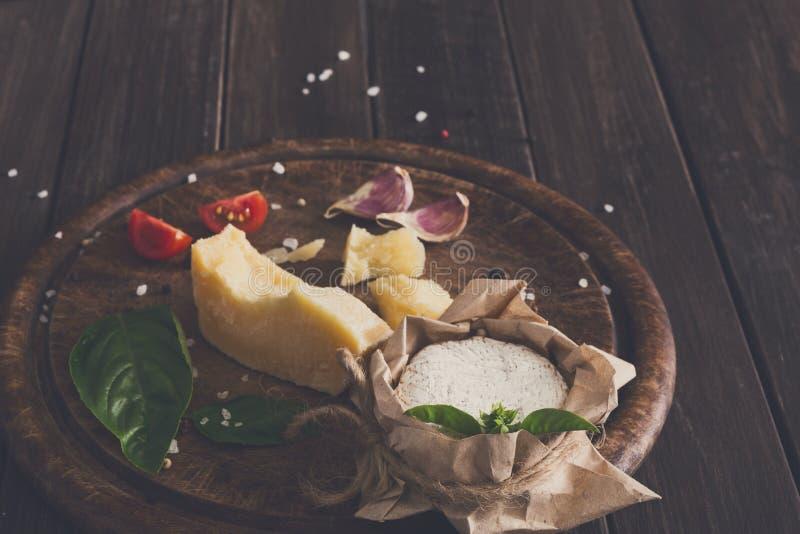 Το τυρί η κινηματογράφηση σε πρώτο πλάνο στο αγροτικές ξύλο, brie και την παρμεζάνα στοκ εικόνα