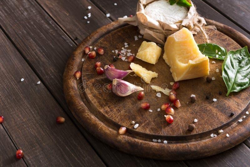 Το τυρί η κινηματογράφηση σε πρώτο πλάνο στο αγροτικές ξύλο, brie και την παρμεζάνα στοκ εικόνα με δικαίωμα ελεύθερης χρήσης