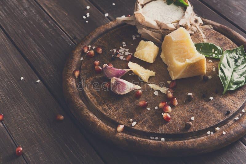 Το τυρί η κινηματογράφηση σε πρώτο πλάνο στο αγροτικές ξύλο, brie και την παρμεζάνα στοκ φωτογραφίες με δικαίωμα ελεύθερης χρήσης