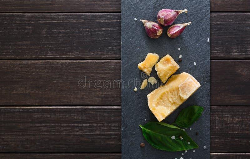 Το τυρί με το διάστημα αντιγράφων στη μαύρη πέτρα, παρμεζάνα στοκ εικόνες