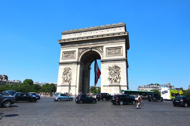 Το τόξο de Triomphe είναι τα διασημότερα μνημεία στο Παρίσι στοκ εικόνα με δικαίωμα ελεύθερης χρήσης