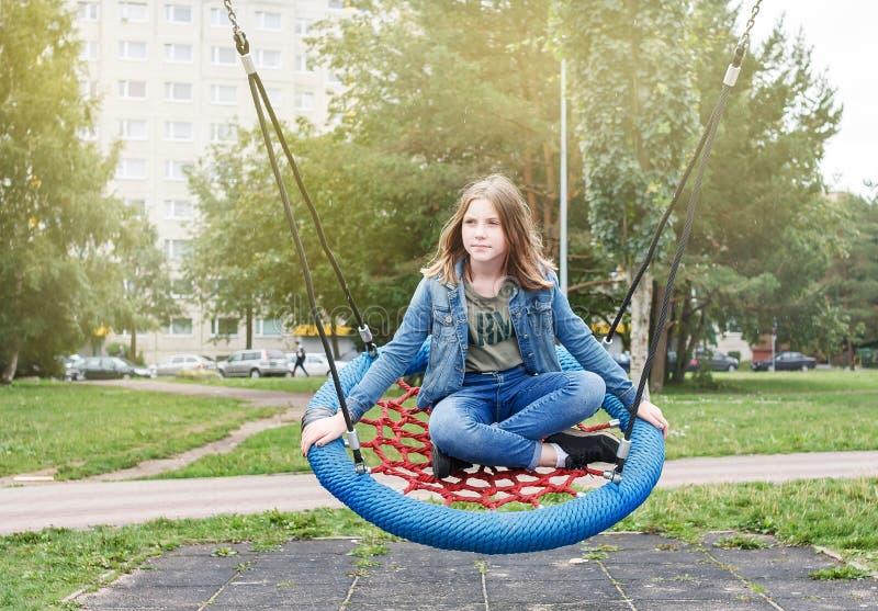Το υγιές κορίτσι εφήβων παίζει να κάνει τον αθλητισμό στην παιδική χαρά στοκ φωτογραφία με δικαίωμα ελεύθερης χρήσης
