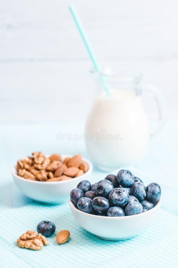 Το υγιές πρόγευμα, το βακκίνιο δημητριακών και το γάλα, καρύδια, αμύγδαλο με τη διαστημική τοπ κινηματογράφηση σε πρώτο πλάνο άπο στοκ εικόνες με δικαίωμα ελεύθερης χρήσης