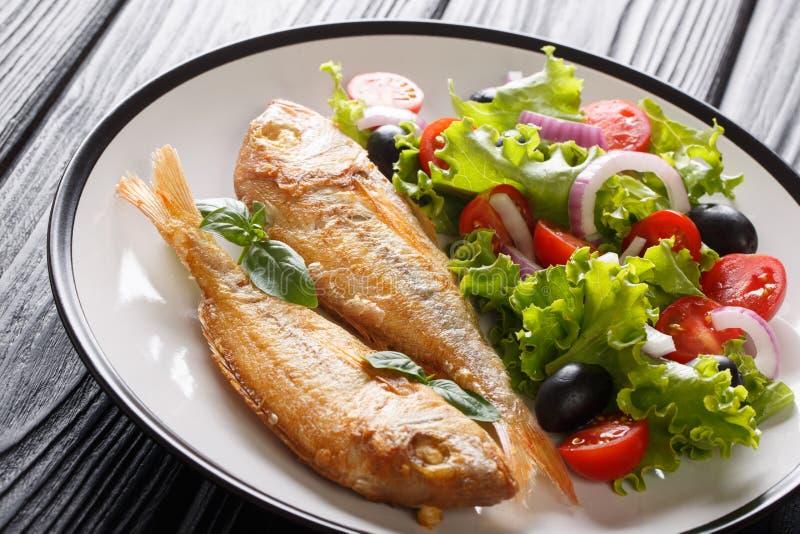 Το υγιές ψημένο ρόδινο dorado εξυπηρέτησε με το λεμόνι και την κινηματογράφηση σε πρώτο πλάνο φρέσκων λαχανικών σε ένα πιάτο : στοκ εικόνα με δικαίωμα ελεύθερης χρήσης