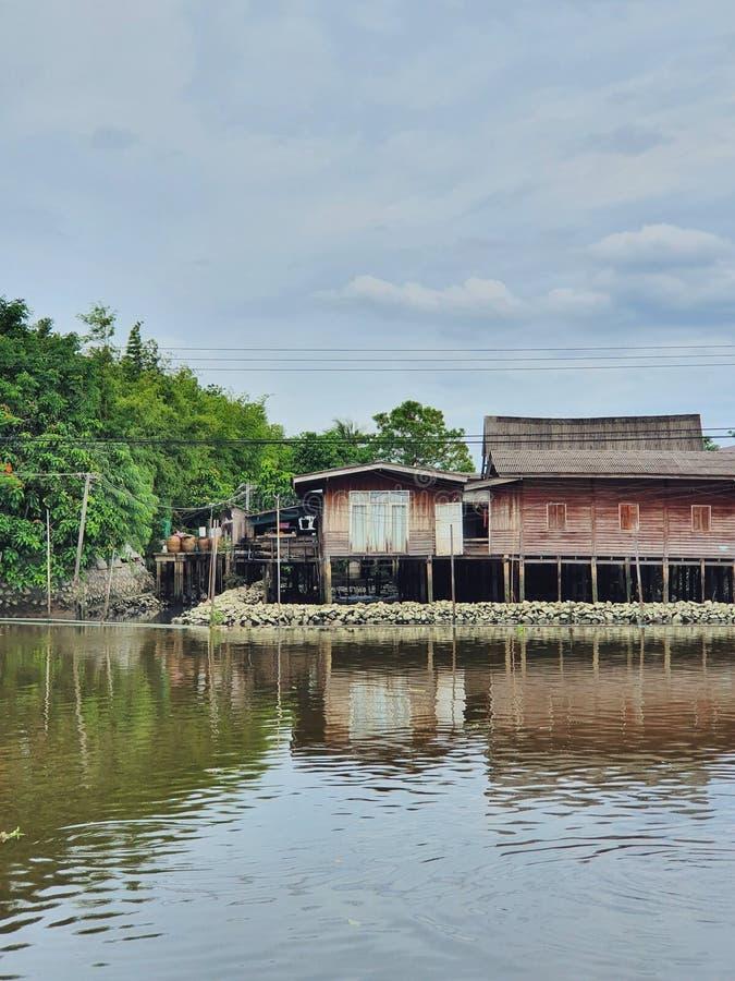 Το υδρόβιο χωριό στη δυτική πλευρά της πρωτεύουσας της Ταϊλάνδης, Μπανγκόκ στοκ εικόνες