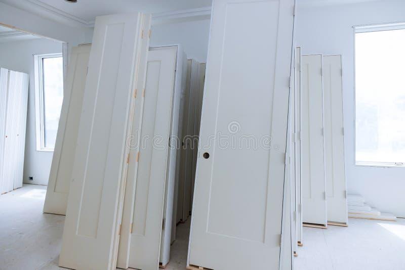 Το υλικό για τις επισκευές σε ένα διαμέρισμα είναι κάτω από την πόρτα κατασκευής, αναδιαμόρφωσης, επανοικοδόμησης και ανακαίνισης στοκ φωτογραφίες