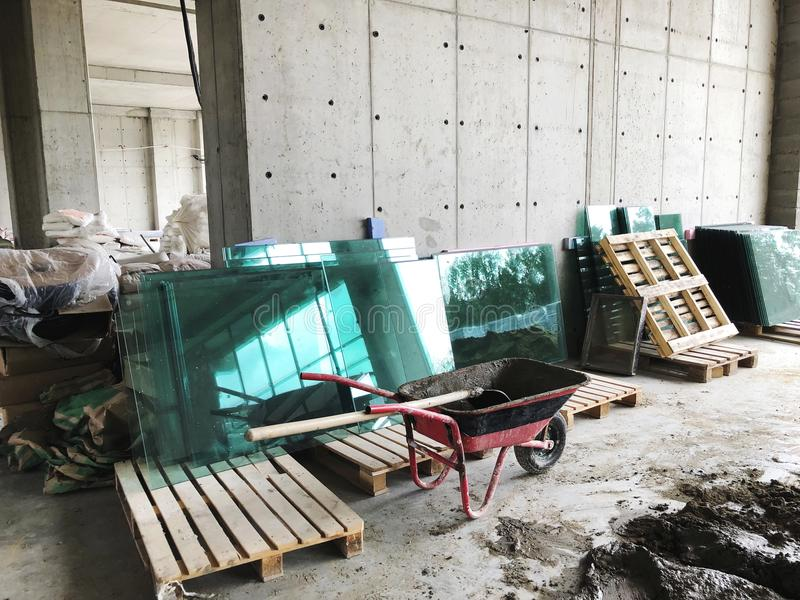 Το υλικό για τις επισκευές σε ένα διαμέρισμα είναι κάτω από την κατασκευή αναδιαμορφώνοντας την επανοικοδόμηση και την ανακαίνιση στοκ εικόνες