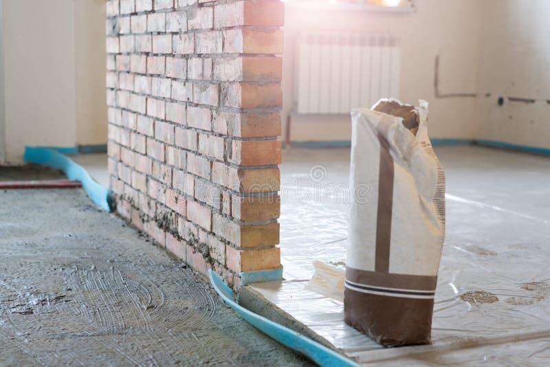 Το υλικό για τις επισκευές σε ένα διαμέρισμα είναι κάτω από την κατασκευή και την ανακαίνιση στοκ φωτογραφία με δικαίωμα ελεύθερης χρήσης