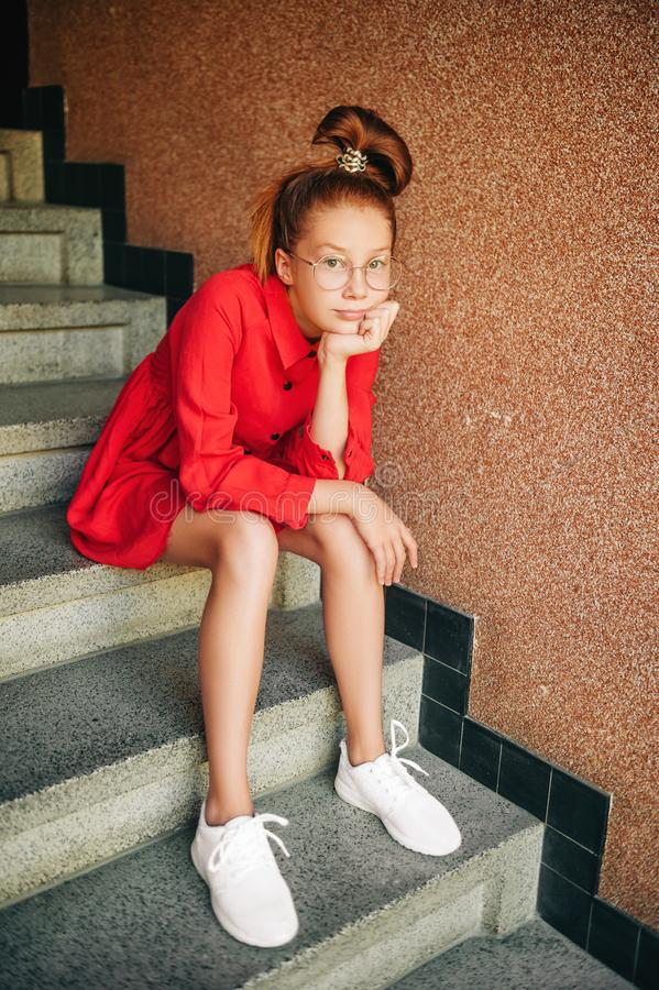 Το υπαίθριο πορτρέτο χαριτωμένου το κορίτσι στοκ εικόνες με δικαίωμα ελεύθερης χρήσης