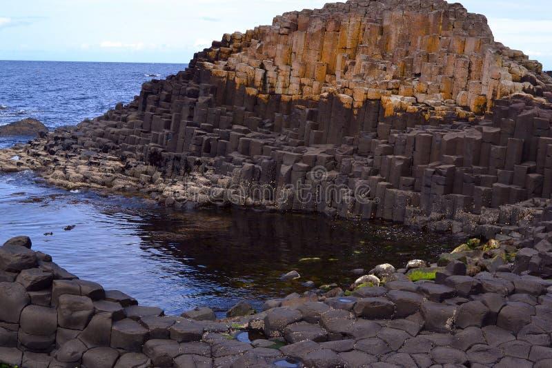 Το υπερυψωμένο μονοπάτι γιγάντων στη Βόρεια Ιρλανδία στοκ φωτογραφία με δικαίωμα ελεύθερης χρήσης