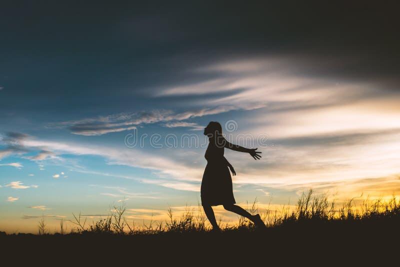 Το λυπημένο τρέξιμο γυναικών στα λιβάδια προσπαθεί να ξεχάσει το κακό πράγμα στοκ εικόνες με δικαίωμα ελεύθερης χρήσης
