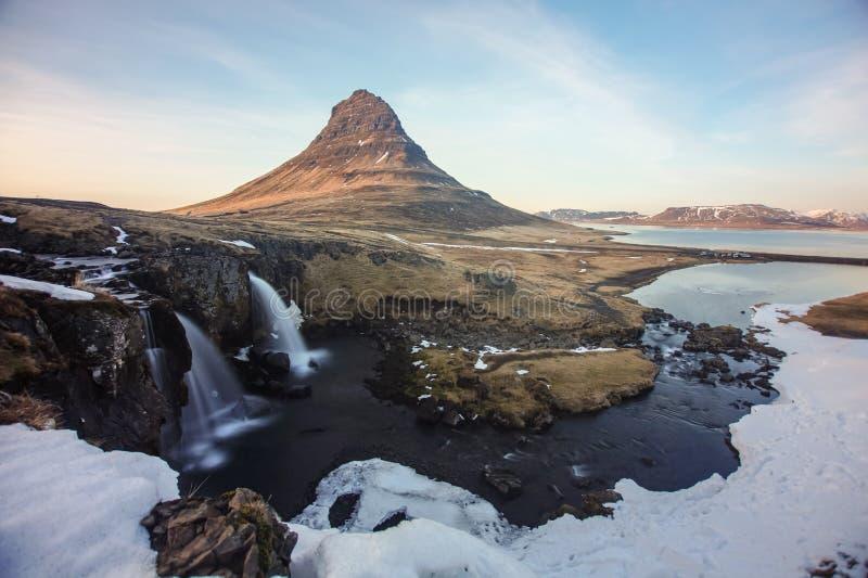 Το υποστήριγμα Kirkjufell της Ισλανδίας, που συλλαμβάνεται στο ηλιοβασίλεμα με τη μακροχρόνια έκθεση στοκ φωτογραφίες