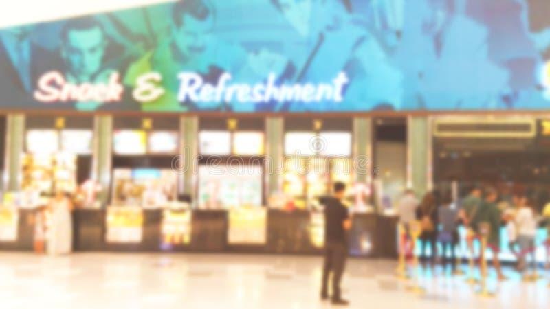 Το υπόβαθρο θαμπάδων του πρόχειρου φαγητού και η ανανέωση πωλούν αντίθετα προς στη κινηματογραφική αίθουσα στοκ φωτογραφία με δικαίωμα ελεύθερης χρήσης