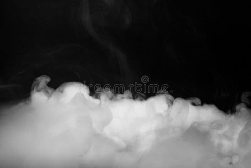 Το υπόβαθρο του αφηρημένου γκρίζου καπνού χρώματος απομονώνει στο μαύρο υπόβαθρο χρώματος στοκ εικόνες