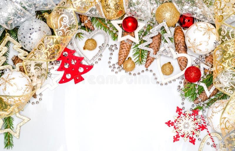 Το υπόβαθρο Χριστουγέννων, κάρτα Χριστουγέννων, κώνοι πεύκων, έλατο διακλαδίζεται στο ξύλινο άσπρο υπόβαθρο Επίπεδος βάλτε, τοπ ά στοκ εικόνες