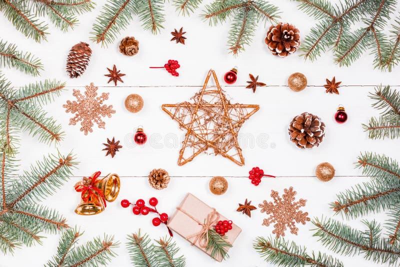 Το υπόβαθρο Χριστουγέννων με το αστέρι Χριστουγέννων, δώρο, έλατο διακλαδίζεται, κώνοι πεύκων, snowflakes, κόκκινες διακοσμήσεις  στοκ φωτογραφίες με δικαίωμα ελεύθερης χρήσης