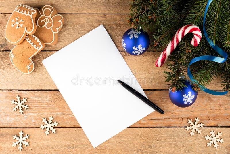 Το υπόβαθρο Χριστουγέννων του δέντρου έλατου διακλαδίζεται ένα φύλλο του εγγράφου για το ol στοκ εικόνα με δικαίωμα ελεύθερης χρήσης