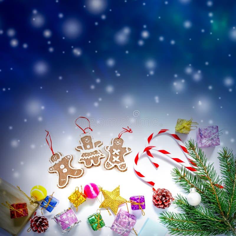 Το υπόβαθρο όμορφων Χριστουγέννων και του νέου έτους με το χριστουγεννιάτικο δέντρο διακλαδίζεται, παιχνίδια και γλυκά στοκ εικόνα με δικαίωμα ελεύθερης χρήσης