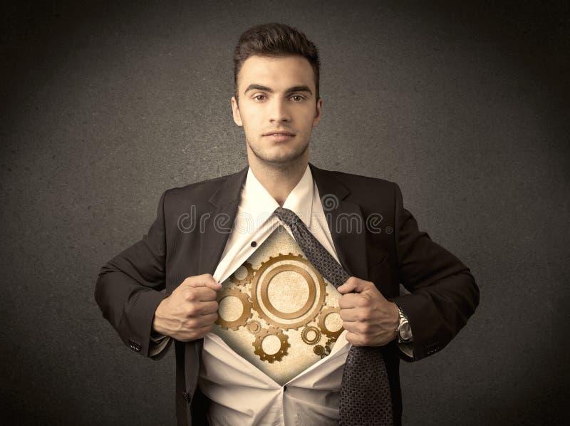 Το λυσσασμένο πουκάμισο επιχειρηματιών μακριά και η ρόδα βαραίνω μηχανών παρουσιάζουν στοκ εικόνα