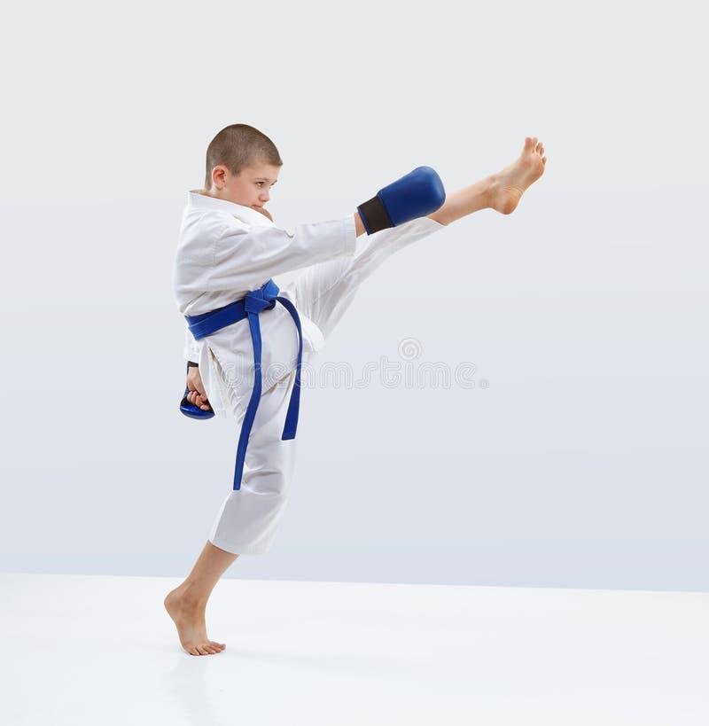 Το υψηλό μπροστινό karateka λακτίσματος κτυπά στο karategi στοκ φωτογραφία με δικαίωμα ελεύθερης χρήσης