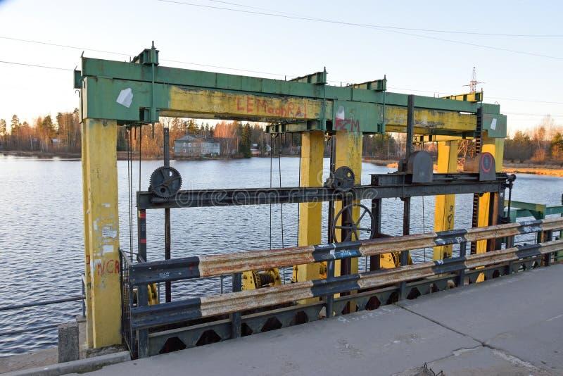 Το υδροηλεκτρικό φράγμα στον ποταμό Oredezh στοκ εικόνα