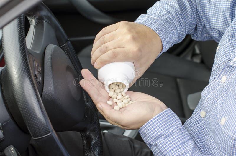 Το φάρμακο και η οδήγηση είναι επικίνδυνα. στοκ εικόνα