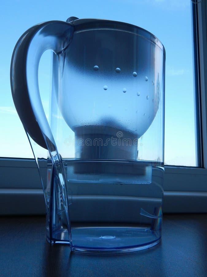 Το φίλτρο εγχώριου νερού με καθαρίζει το νερό στοκ εικόνες