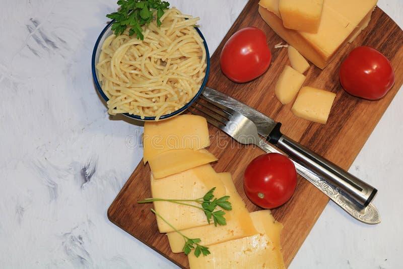 Το φαγόπυρο, κουάκερ, αυγό, ντομάτες, σαλάτα, ψωμί, έβρασε, δοχείο, τρόφιμα, υγιής, οργανικός, χορτοφάγα, δημητριακά, κεραμικά, τ στοκ φωτογραφίες