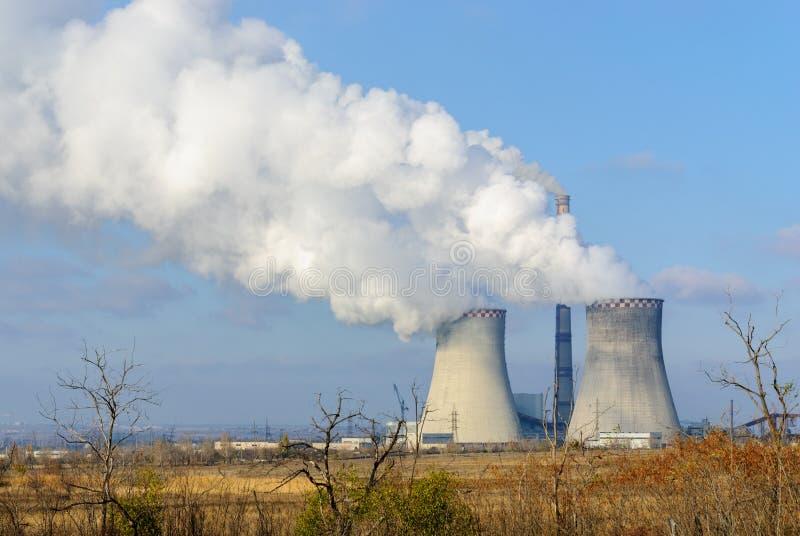 Το φαινόμενο του θερμοκηπίου Εκπομπές από τις καπνοδόχους στην ατμόσφαιρα στοκ εικόνες