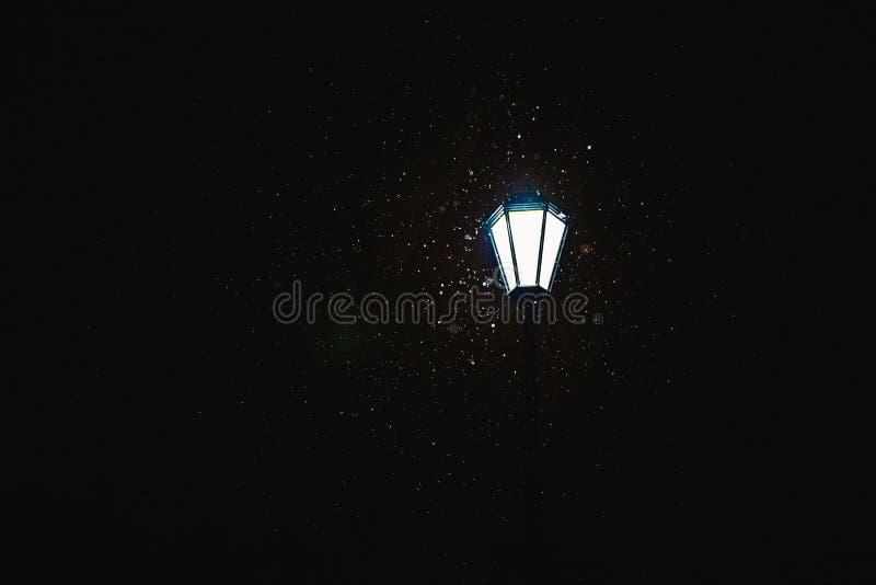Το φανάρι λάμπει στο νυχτερινό ουρανό Ο φωτισμός νύχτας Σε μια μαύρη ανασκόπηση στοκ φωτογραφία με δικαίωμα ελεύθερης χρήσης