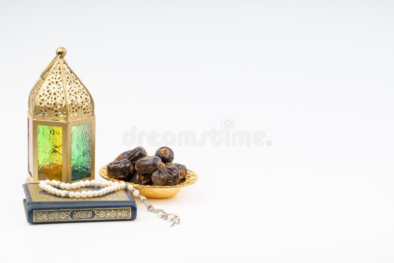 Το φανάρι, οι ημερομηνίες, Koran και Rosary στο άσπρο υπόβαθρο με την εκλεκτική εστίαση και τη συγκομιδή τεμαχίζουν στοκ φωτογραφία