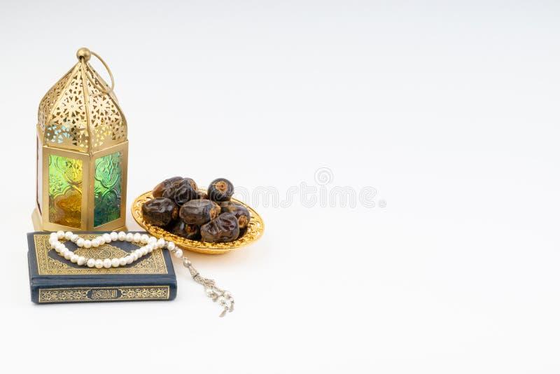 Το φανάρι, οι ημερομηνίες, Koran και Rosary στο άσπρο υπόβαθρο με την εκλεκτική εστίαση και τη συγκομιδή τεμαχίζουν στοκ εικόνες