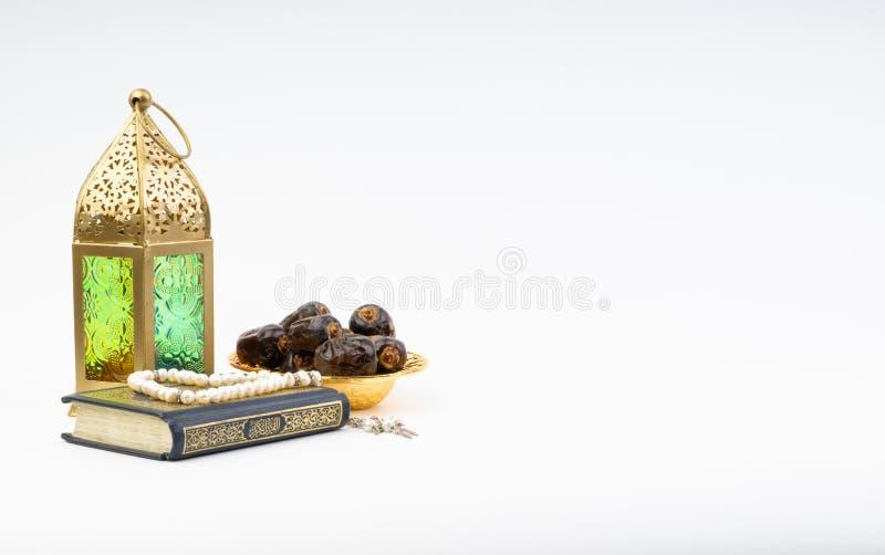 Το φανάρι, οι ημερομηνίες, Koran και Rosary στο άσπρο υπόβαθρο με την εκλεκτική εστίαση και τη συγκομιδή τεμαχίζουν στοκ φωτογραφία με δικαίωμα ελεύθερης χρήσης