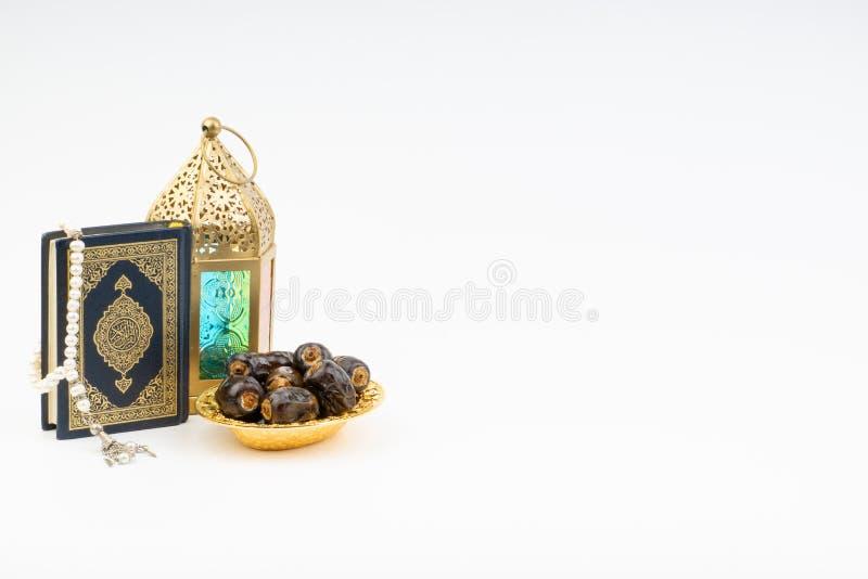 Το φανάρι, οι ημερομηνίες, Koran και Rosary στο άσπρο υπόβαθρο με την εκλεκτική εστίαση και τη συγκομιδή τεμαχίζουν στοκ εικόνα με δικαίωμα ελεύθερης χρήσης