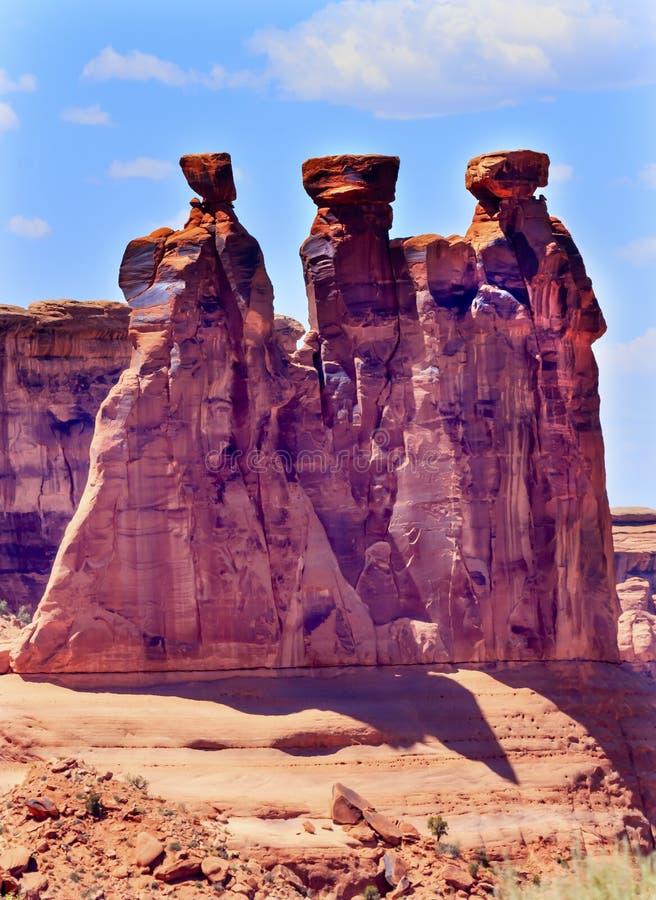 Το φαράγγι βράχου τριών κουτσομπολιών σχηματίζει αψίδα το εθνικό πάρκο Moab Γιούτα στοκ εικόνα