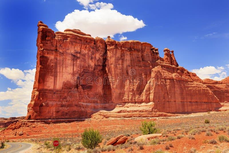 Το φαράγγι σχηματισμού βράχου της Βαβέλ πύργων σχηματίζει αψίδα το εθνικό πάρκο Moab Γιούτα στοκ εικόνες