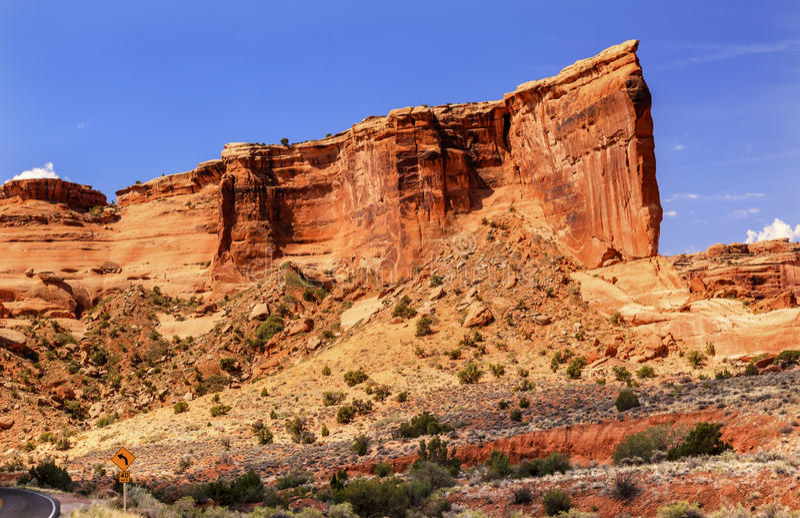 Το φαράγγι σχηματισμού βράχου της Βαβέλ πύργων σχηματίζει αψίδα το εθνικό πάρκο Moab Γιούτα στοκ εικόνα