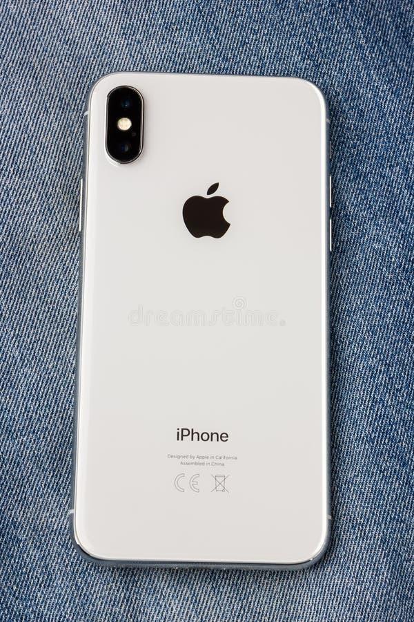 Το Φεβρουάριο του 2018 Το Iphone Χ βρίσκεται σε ένα ύφασμα τζιν στοκ εικόνα