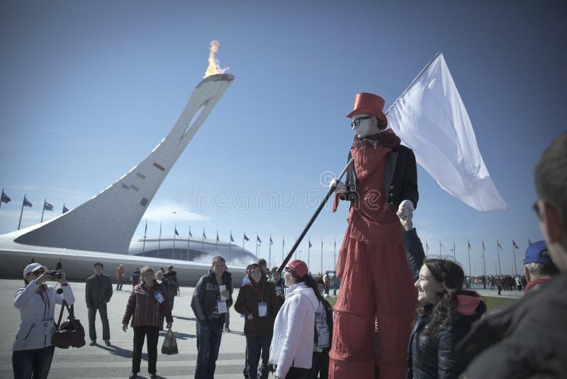Το Φεβρουάριο του 2014 - Sochi, Ρωσία - ο κλόουν διασκεδάζει τους φιλοξενουμένους των Ολυμπιακών Αγωνών το 2014 παγκόσμιου χειμών στοκ εικόνες