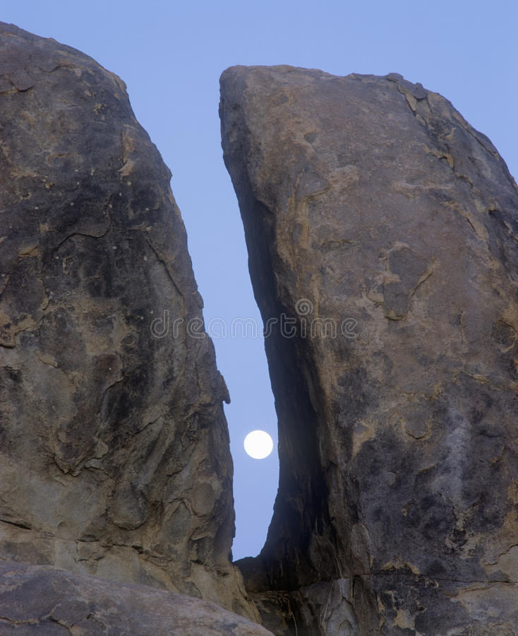 Το φεγγάρι μεταξύ δύο βράχων στοκ εικόνες