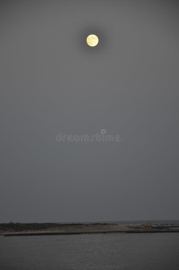 Το φεγγάρι πέρα από το νησί Capo Passero στοκ εικόνες