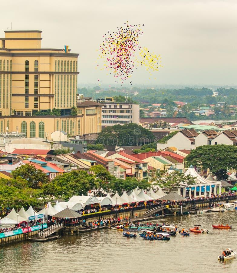 Το φεστιβάλ νερού Kuching Sarawak, πολλά ballons απελευθερώνεται στον ουρανό στοκ εικόνα