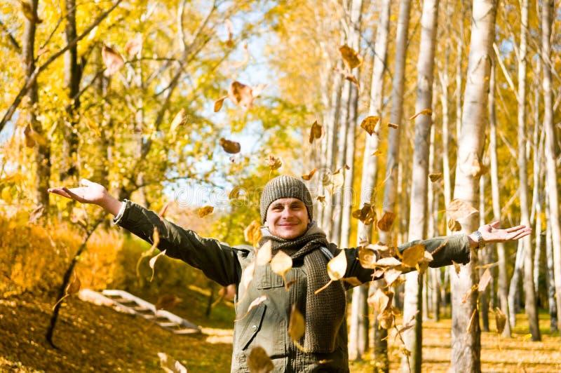 το φθινόπωρο αφήνει το άτομο στοκ εικόνα με δικαίωμα ελεύθερης χρήσης