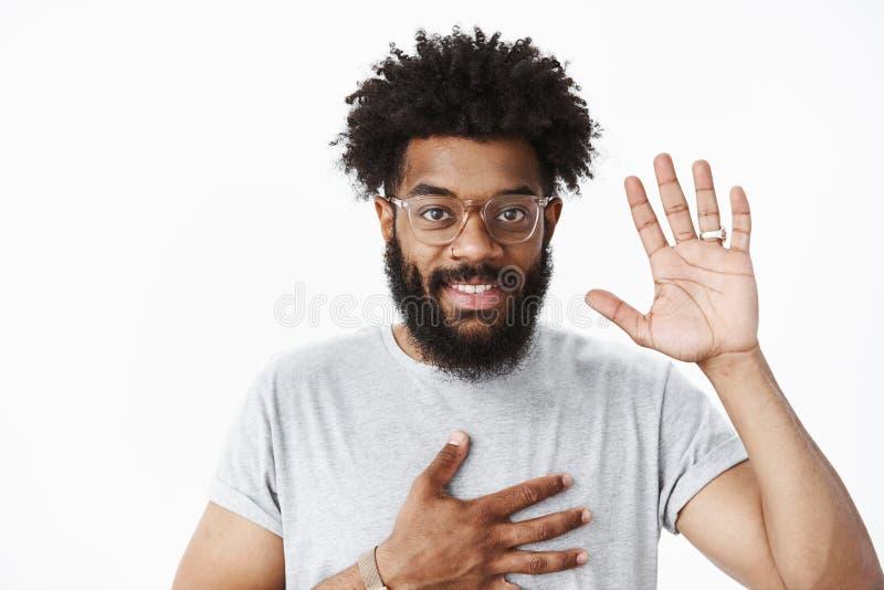 Το φιλικό συμπαθητικό άτομο αφροαμερικάνων στο φοίνικα εκμετάλλευσης συνεδρίασης στο στήθος και η αύξηση παραδίδουν γειά σου, συν στοκ εικόνα