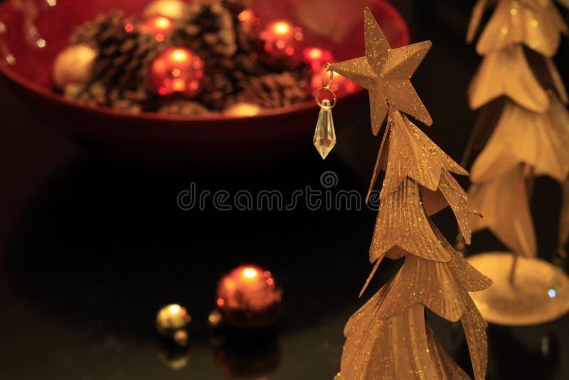 Το φοβιτσιάρες χριστουγεννιάτικο δέντρο ορείχαλκου με τις διακοσμήσεις και ακτινοβολεί στοκ φωτογραφία με δικαίωμα ελεύθερης χρήσης