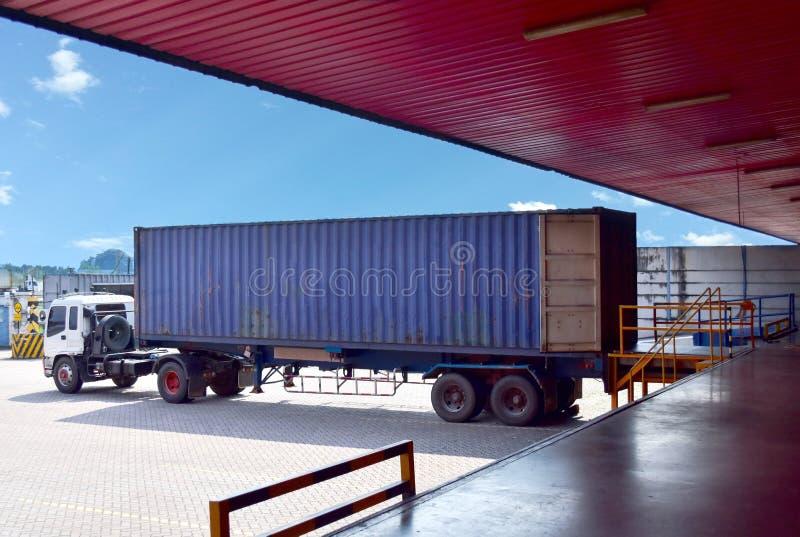Το φορτηγό εμπορευματοκιβωτίων ευθυγραμμίζει με leveller αποβαθρών στην αποθήκη εμπορευμάτων διανομής για το γέμισμα του φορτίου στοκ φωτογραφίες με δικαίωμα ελεύθερης χρήσης